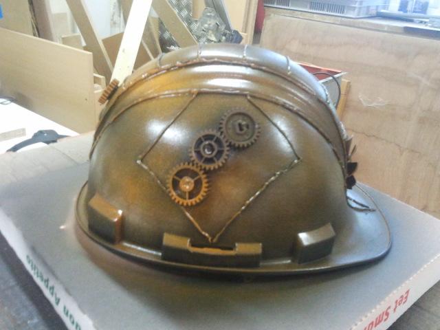 Helm met smeltlijm en zwarte/oranje verf
