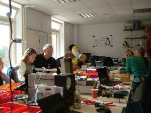 bezoekers in het flexlab van Hack42